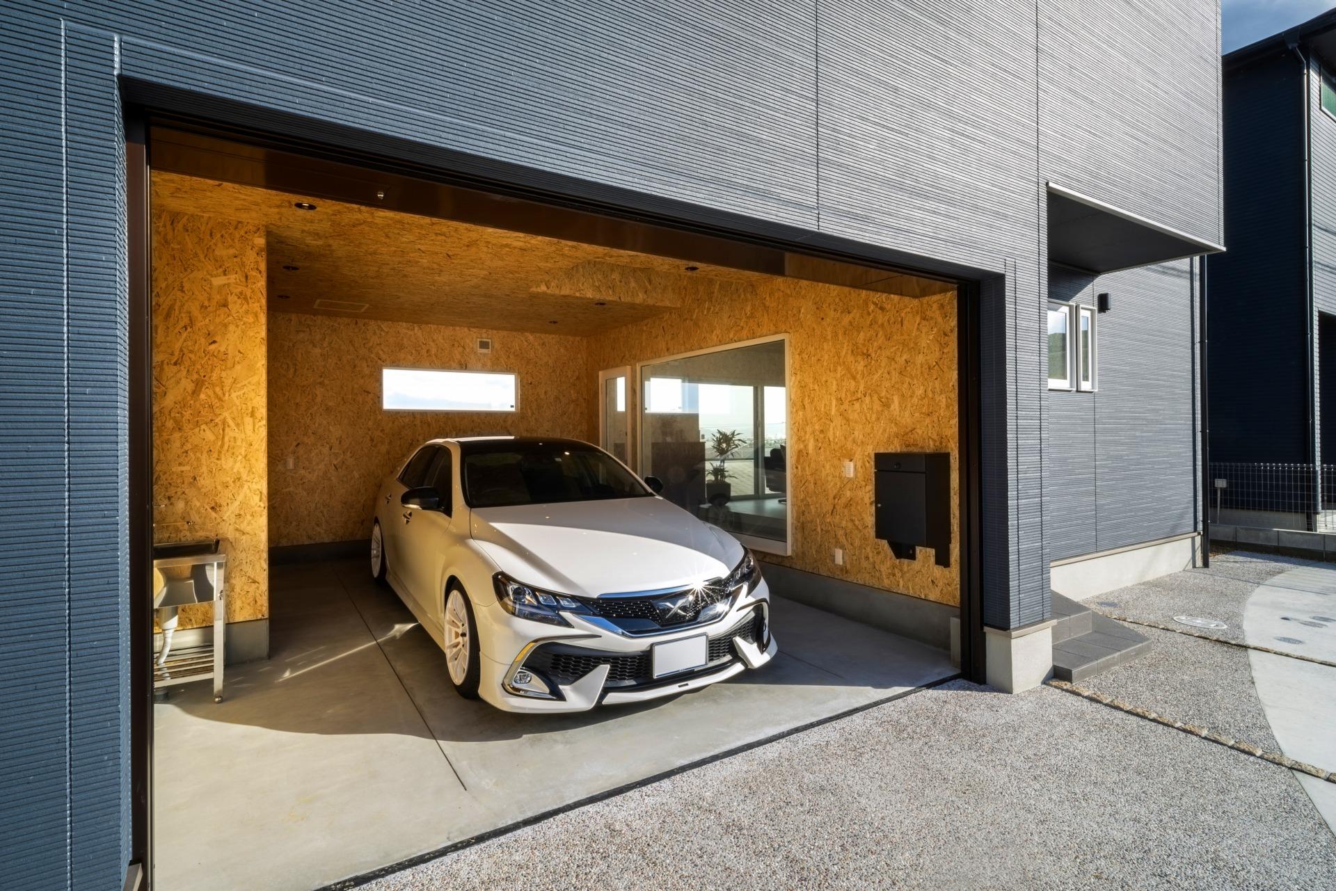 趣味の車を眺めるガレージハウス